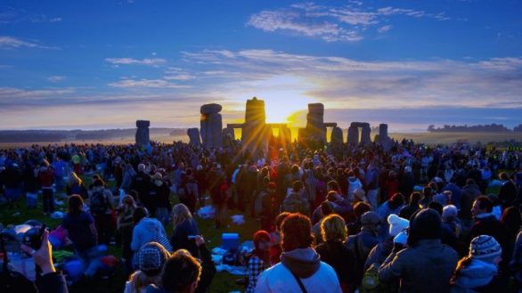 summer-solstice-sunrise-at-the-stonehenge-e1466179913316